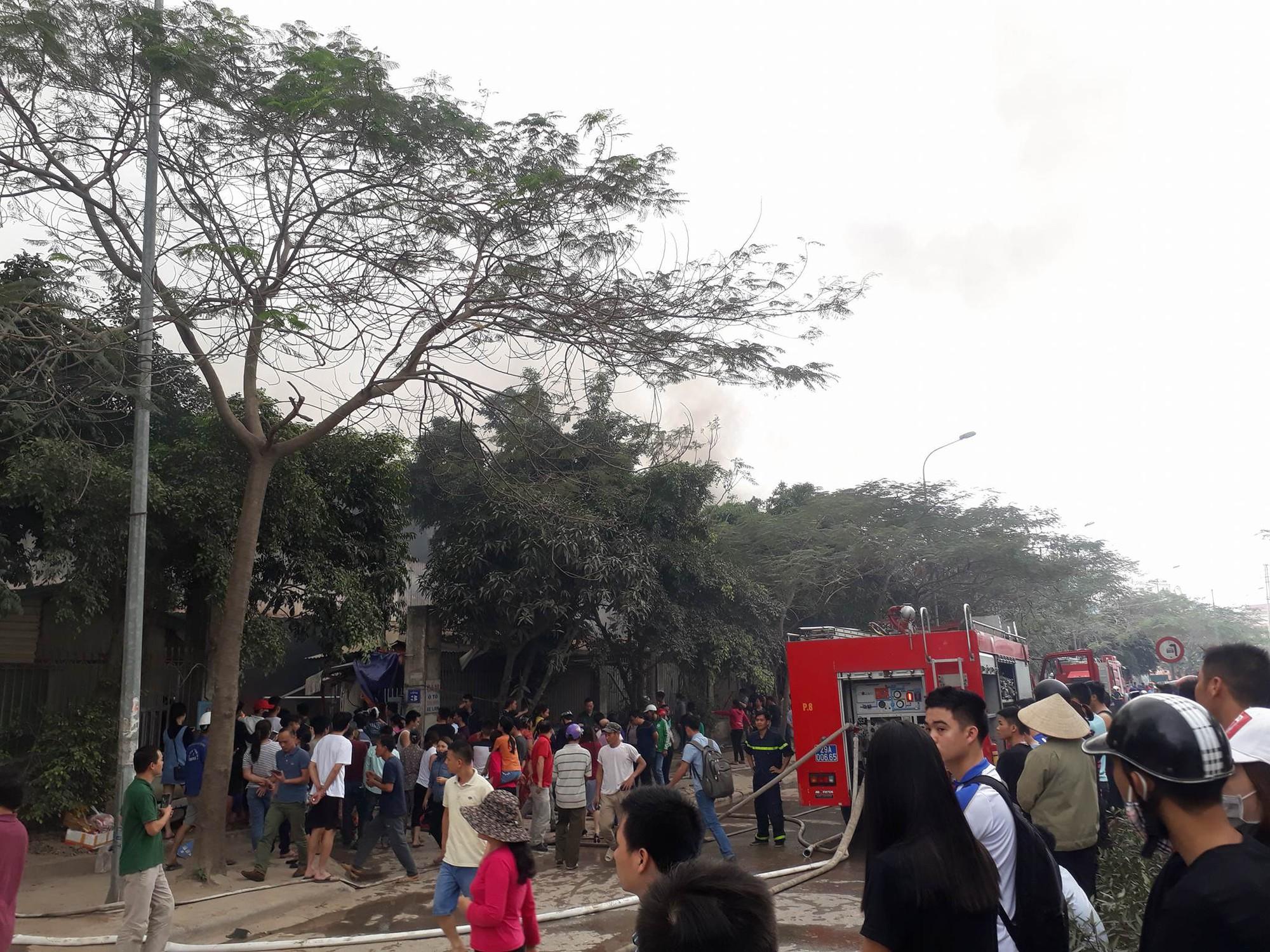 Hà Nội: Đang cháy rất lớn ở chợ Quang, vẫn còn người mắc kẹt liên tục kêu cứu - Ảnh 6.