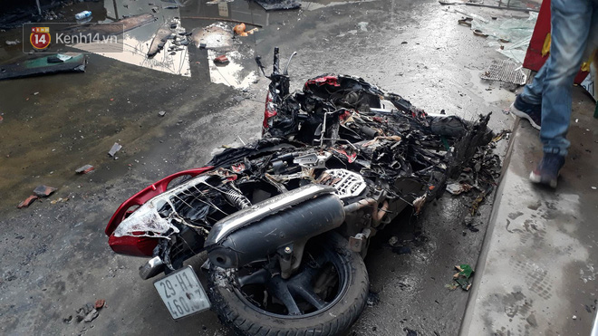 Chùm ảnh: Các gian hàng cháy đen, nhiều xe máy trơ khung sau vụ cháy lớn ở chợ Hà Nội - Ảnh 7.