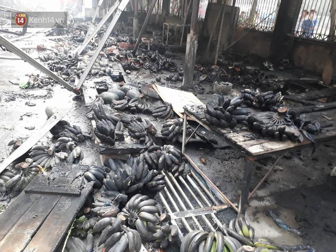 Chùm ảnh: Các gian hàng cháy đen, nhiều xe máy trơ khung sau vụ cháy lớn ở chợ Hà Nội - Ảnh 10.