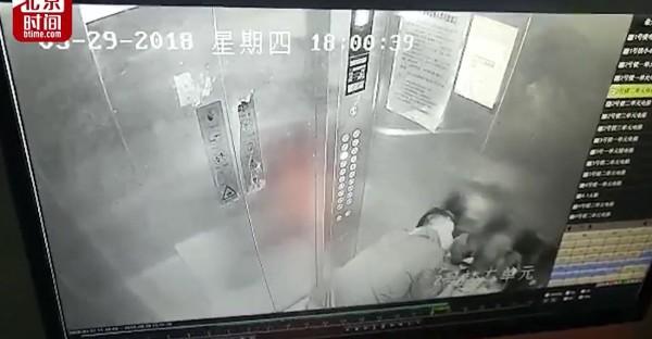 Dư luận dậy sóng trước clip yêu râu xanh bất ngờ tấn công, cưỡng hôn 2 bé gái trong lúc đi cùng thang máy - Ảnh 2.