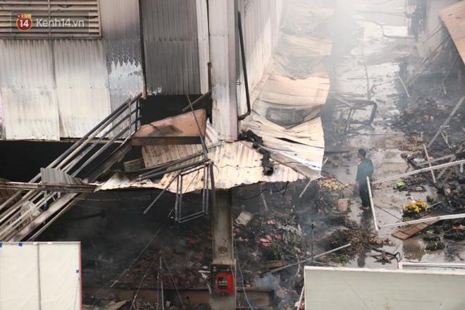 Chùm ảnh: Các gian hàng cháy đen, nhiều xe máy trơ khung sau vụ cháy lớn ở chợ Hà Nội - Ảnh 13.