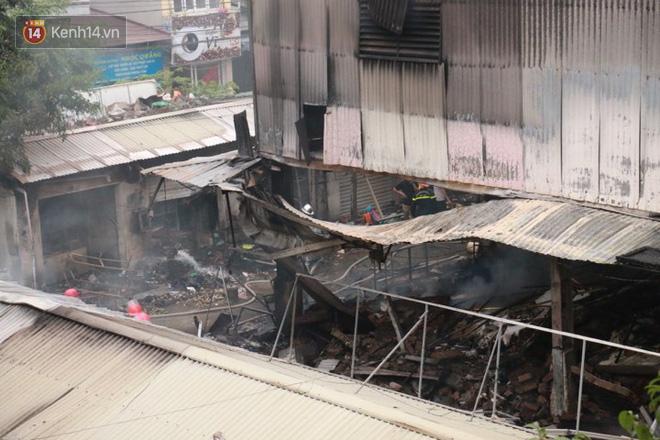 Chùm ảnh: Các gian hàng cháy đen, nhiều xe máy trơ khung sau vụ cháy lớn ở chợ Hà Nội - Ảnh 12.