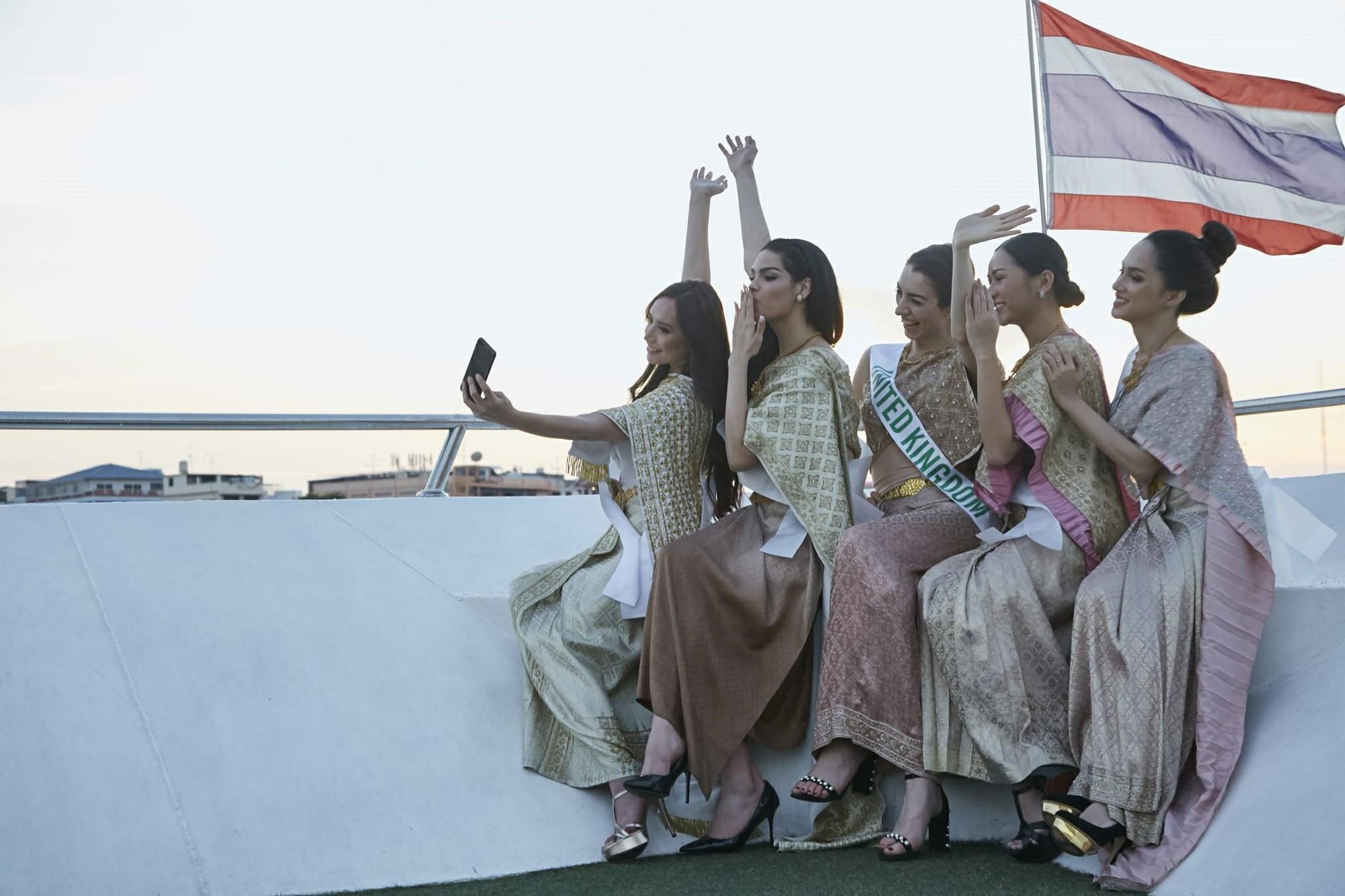 Hương Giang đằm thắm trong trang phục dân tộc Thái Lan, giao lưu văn nghệ cực sung cùng dàn thí sinh HH Chuyển giới Quốc tế - Ảnh 3.