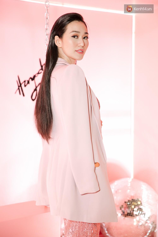 Hà Hồ diện váy táo bạo khoe vòng 1 sexy, dính như sam bên Kim Lý tại sự kiện - Ảnh 12.