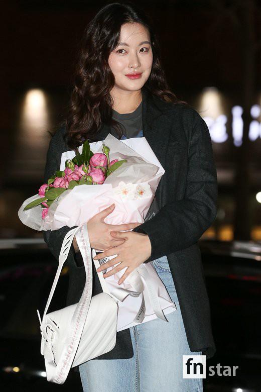Tiệc mừng công phim Hoa du ký: Mỹ nhân Oh Yeon Seo mặt sưng vù bóng nhẫy, bị nàng cương thi dìm thậm tệ - Ảnh 4.