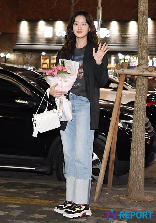 Tiệc mừng công phim Hoa du ký: Mỹ nhân Oh Yeon Seo mặt sưng vù bóng nhẫy, bị nàng cương thi dìm thậm tệ - Ảnh 1.