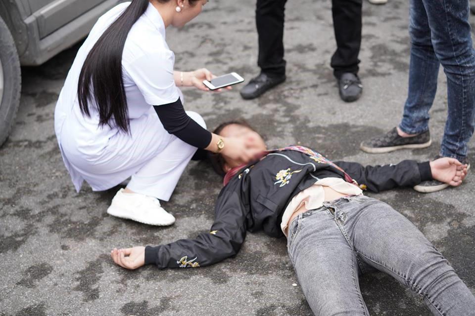 Xôn xao hình ảnh cô gái trẻ ở Hải Phòng khóc lóc vật vã, ngất lên ngất xuống khi chia tay người yêu lên đường nhập ngũ - Ảnh 2.
