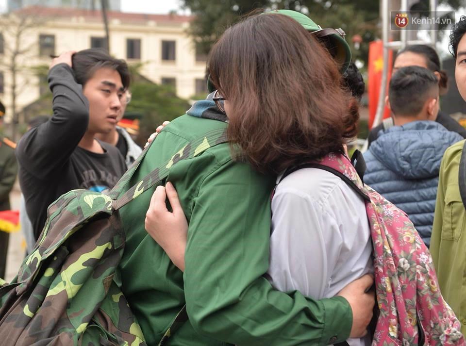 Chùm ảnh: Những giọt nước mắt bịn rịn của người thân ngày tiễn tân binh lên đường nhập ngũ - Ảnh 11.