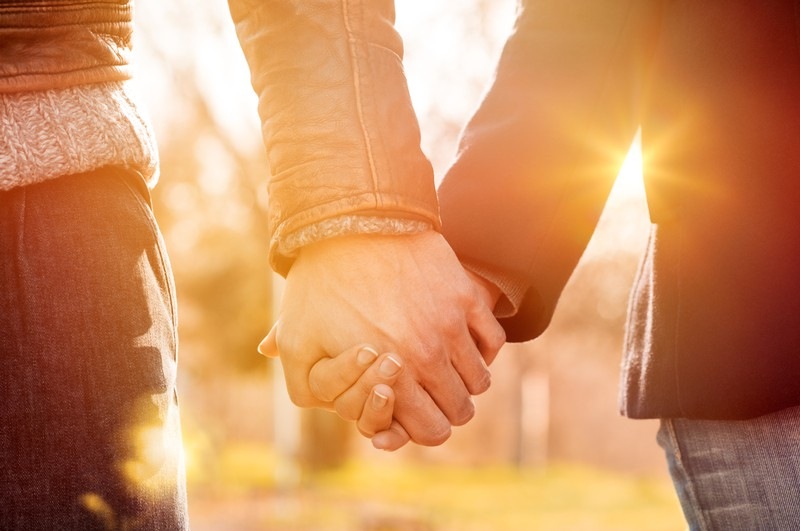 Khoa học nói: nắm tay người yêu có tác dụng giảm đau như dùng thuốc - Ảnh 2.