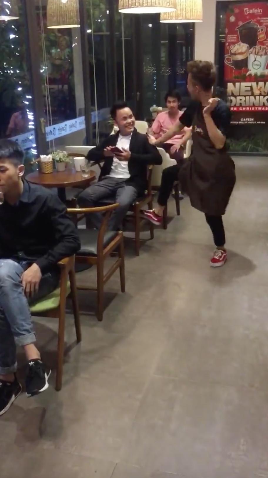 Clip: Khi bạn sinh ra để làm dancer nhưng số phận lại đưa đẩy thành anh phục vụ quán cafe - Ảnh 3.