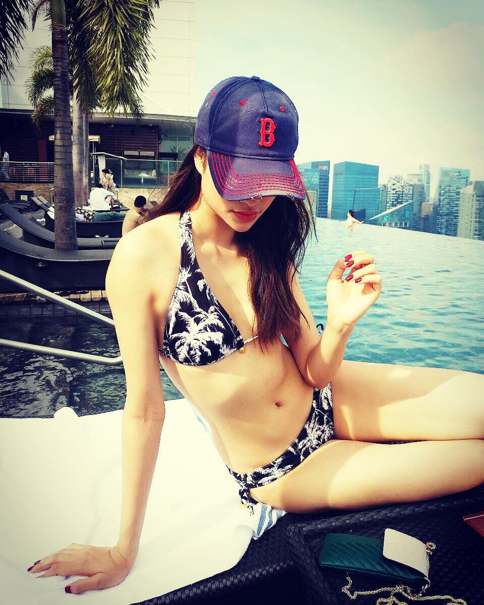 Đăng ảnh mặc bikini nóng bỏng, Phạm Hương bị soi chỉnh ảnh đến mức biến dạng - Ảnh 2.