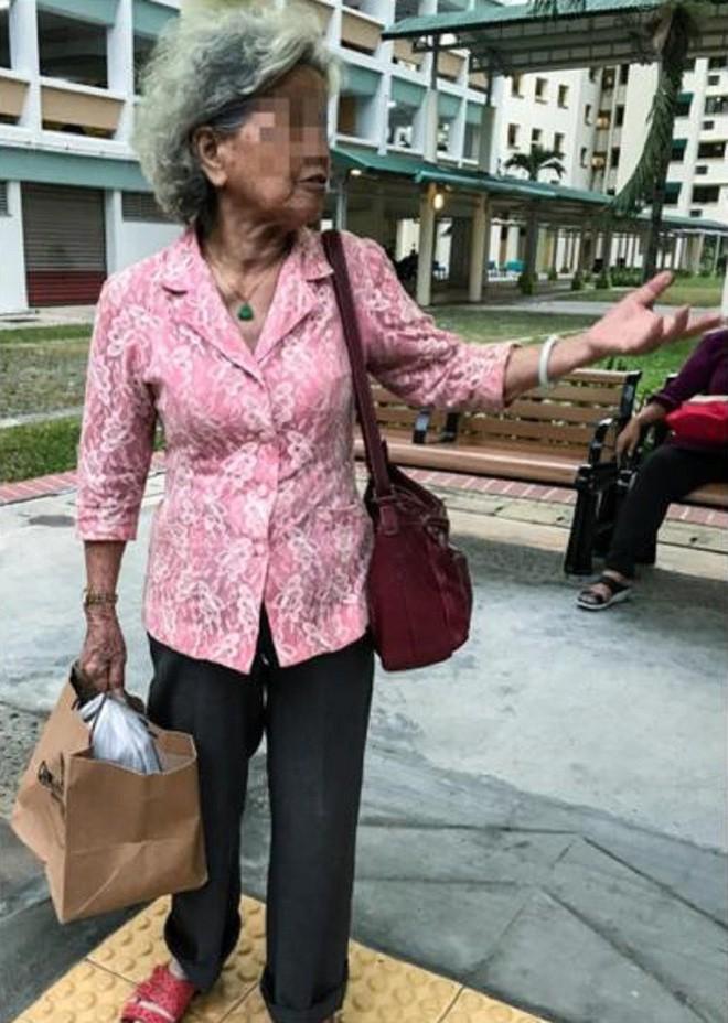 Mẹ già mỗi ngày đi xe buýt mang đồ ăn cho con gái góa chồng và thái độ của cô khiến mọi người phẫn nộ - Ảnh 2.