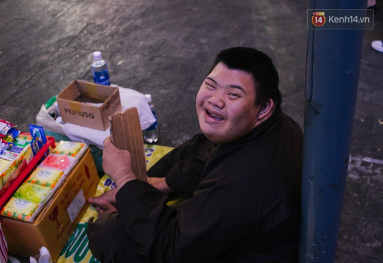 Chuyện má con thằng khờ bán hàng rong ở phố đi bộ Sài Gòn: 19 năm một mình đi tìm nụ cười cho con