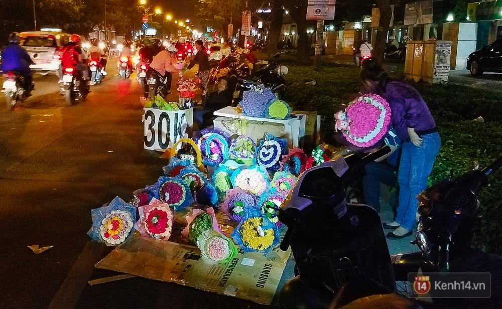 Chùm ảnh: Sợ ế hoa 8/3, sinh viên Sài Gòn tràn xuống lòng đường cố mời khách ghé mua - Ảnh 13.