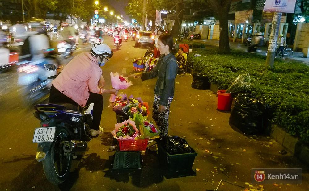 Chùm ảnh: Sợ ế hoa 8/3, sinh viên Sài Gòn tràn xuống lòng đường cố mời khách ghé mua - Ảnh 14.