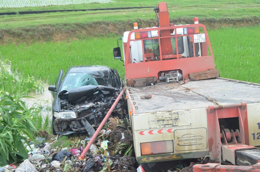 Xe ô tô nát bét sau va chạm với xe cứu hộ, 7 người thương vong
