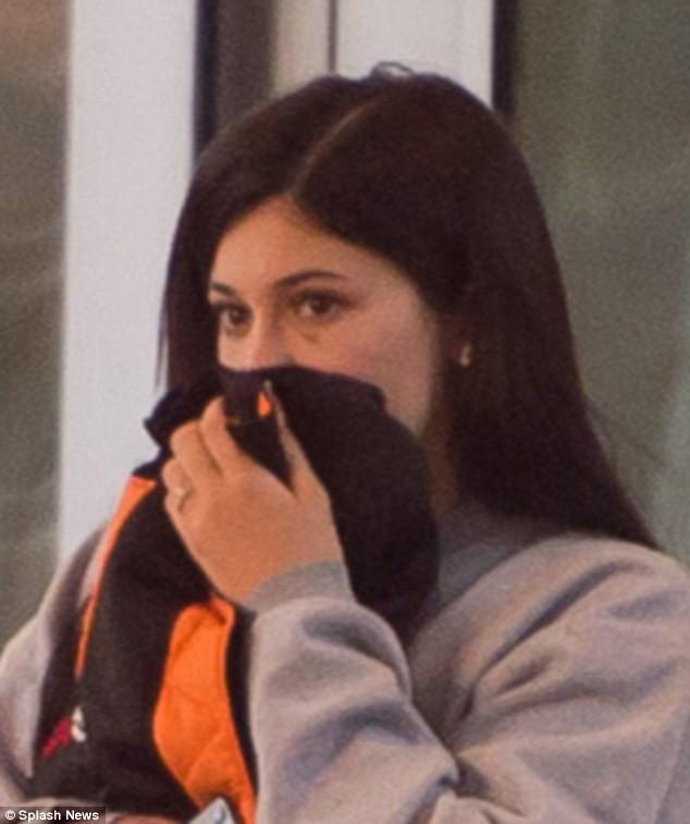 Kylie Jenner cố che vết bầm bí ẩn trên mắt khi rời khách sạn cùng bạn trai - Ảnh 3.
