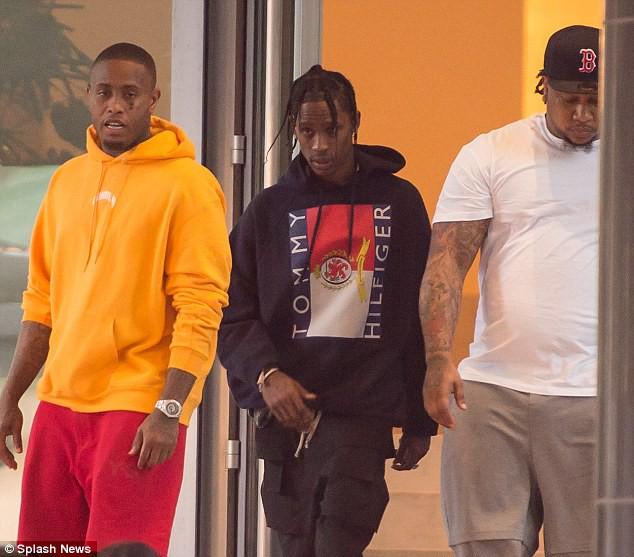 Kylie Jenner cố che vết bầm bí ẩn trên mắt khi rời khách sạn cùng bạn trai - Ảnh 5.