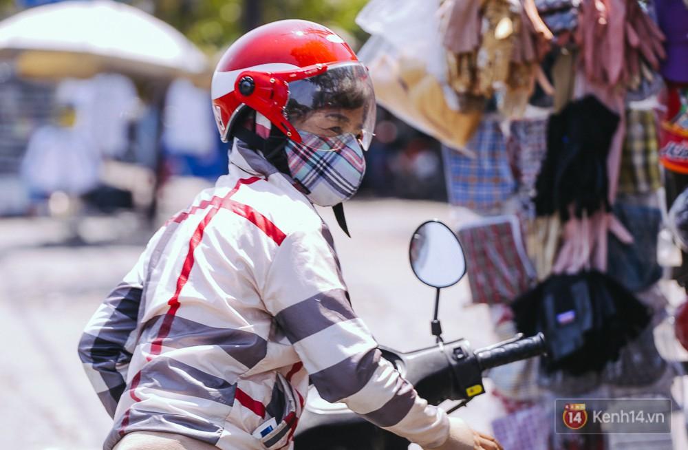 Sài Gòn nắng nóng kinh hoàng ngày 8/3, chị em phụ nữ trùm kín mít khi ra đường - Ảnh 11.