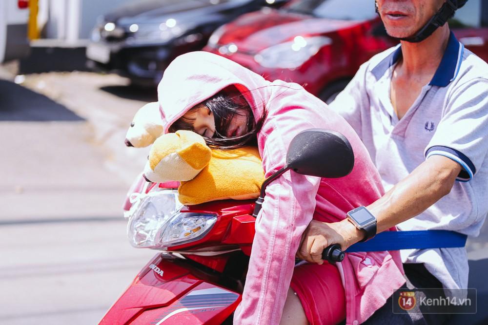 Sài Gòn nắng nóng kinh hoàng ngày 8/3, chị em phụ nữ trùm kín mít khi ra đường - Ảnh 9.