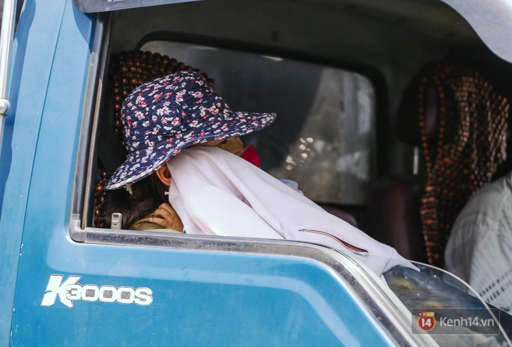 Sài Gòn nắng nóng kinh hoàng ngày 8/3, chị em phụ nữ trùm kín mít khi ra đường - Ảnh 7.