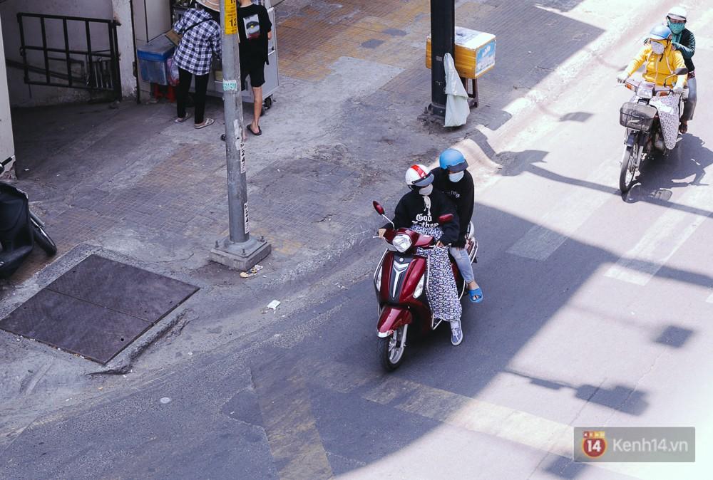 Sài Gòn nắng nóng kinh hoàng ngày 8/3, chị em phụ nữ trùm kín mít khi ra đường - Ảnh 4.