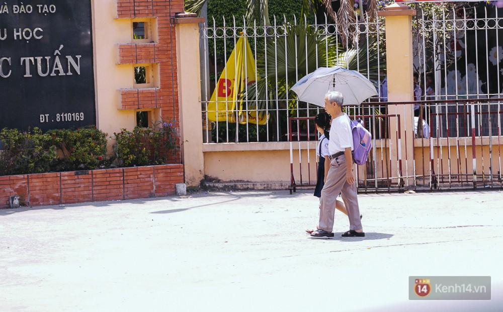 Sài Gòn nắng nóng kinh hoàng ngày 8/3, chị em phụ nữ trùm kín mít khi ra đường - Ảnh 13.