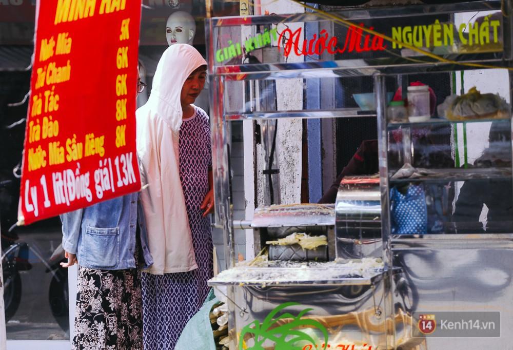 Sài Gòn nắng nóng kinh hoàng ngày 8/3, chị em phụ nữ trùm kín mít khi ra đường - Ảnh 18.