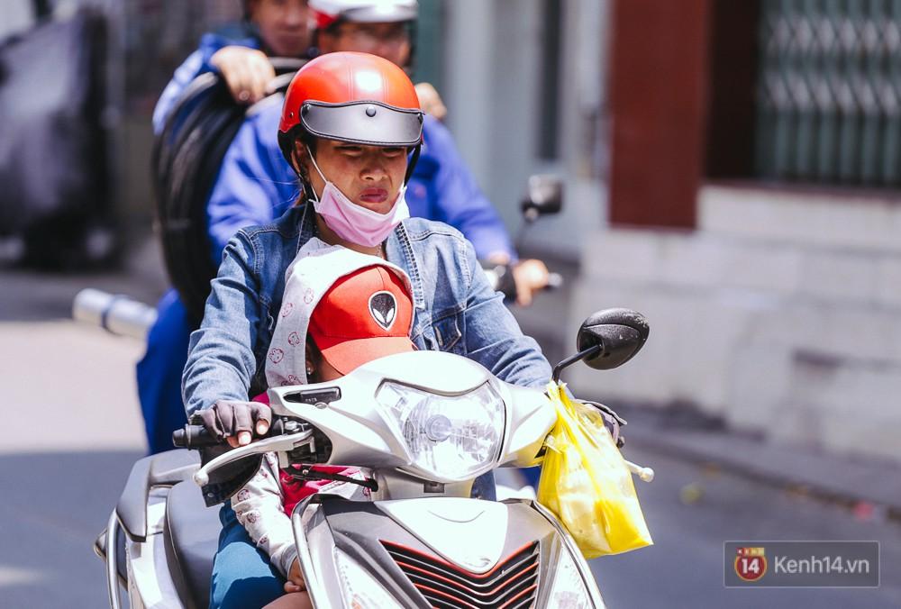 Sài Gòn nắng nóng kinh hoàng ngày 8/3, chị em phụ nữ trùm kín mít khi ra đường - Ảnh 3.