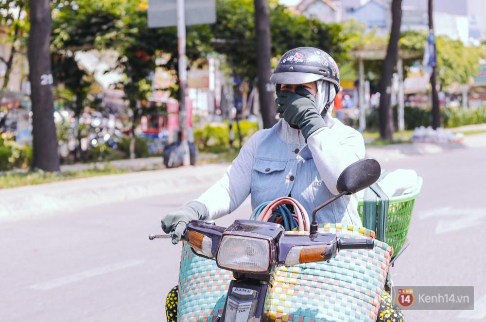 Sài Gòn nắng nóng kinh hoàng ngày 8/3, chị em phụ nữ trùm kín mít khi ra đường - Ảnh 5.