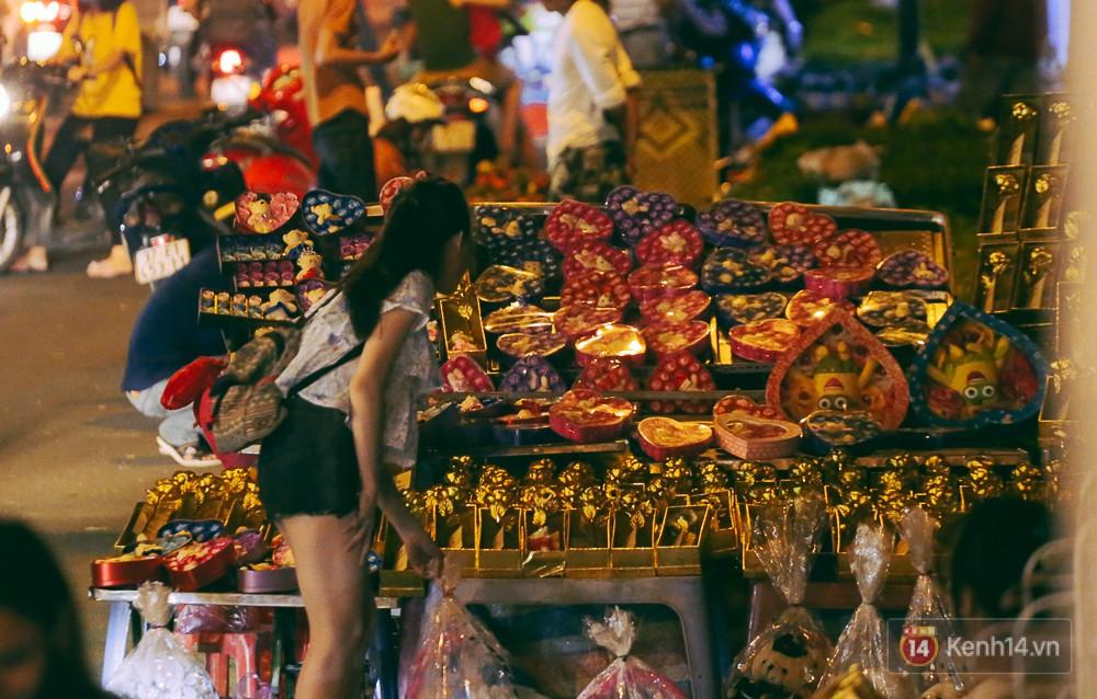 Chùm ảnh: Sợ ế hoa 8/3, sinh viên Sài Gòn tràn xuống lòng đường cố mời khách ghé mua - Ảnh 11.