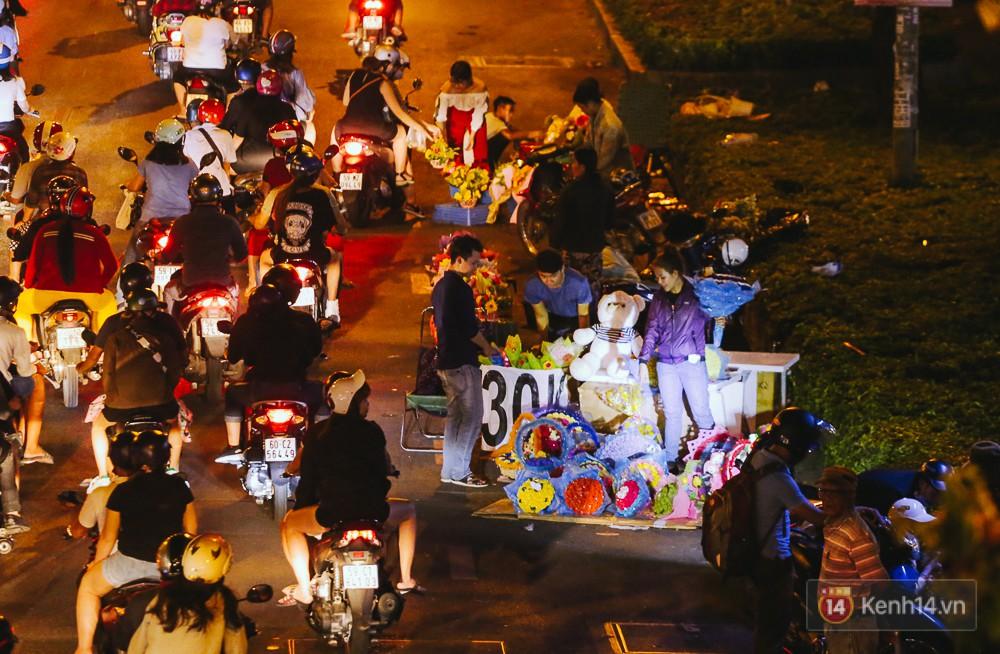 Chùm ảnh: Sợ ế hoa 8/3, sinh viên Sài Gòn tràn xuống lòng đường cố mời khách ghé mua - Ảnh 4.