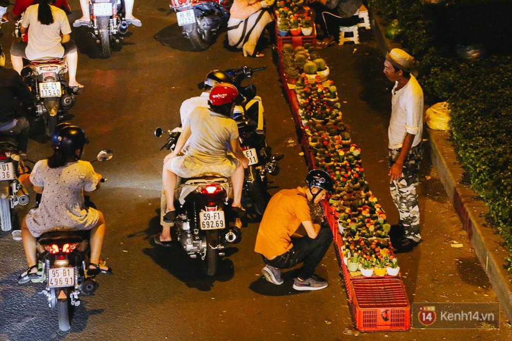 Chùm ảnh: Sợ ế hoa 8/3, sinh viên Sài Gòn tràn xuống lòng đường cố mời khách ghé mua - Ảnh 3.