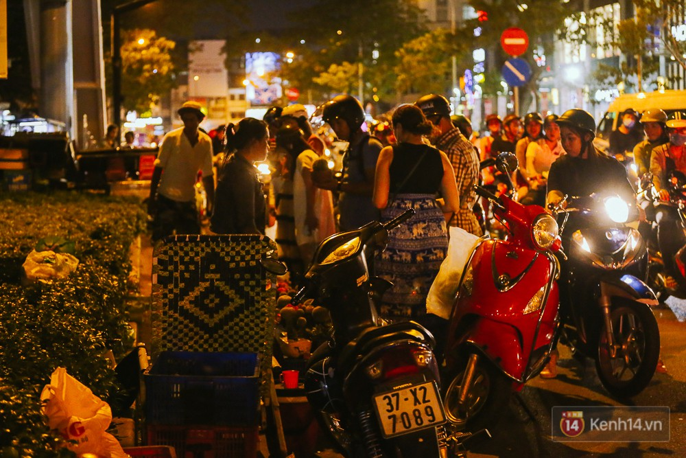 Chùm ảnh: Sợ ế hoa 8/3, sinh viên Sài Gòn tràn xuống lòng đường cố mời khách ghé mua - Ảnh 8.