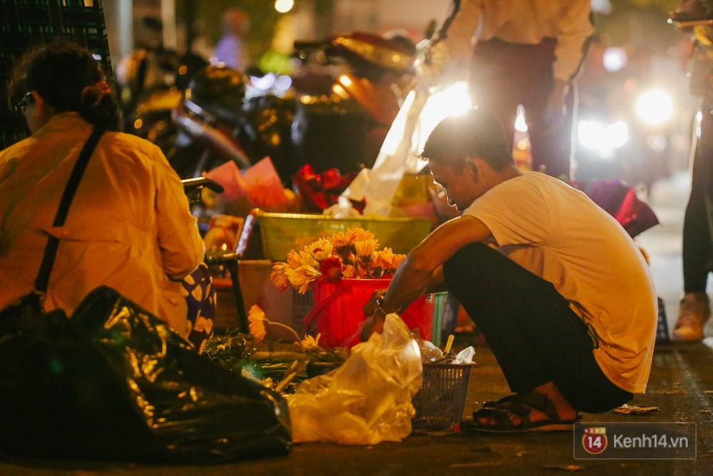 Chùm ảnh: Sợ ế hoa 8/3, sinh viên Sài Gòn tràn xuống lòng đường cố mời khách ghé mua - Ảnh 7.