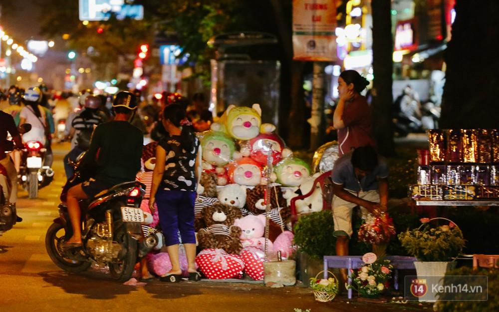 Chùm ảnh: Sợ ế hoa 8/3, sinh viên Sài Gòn tràn xuống lòng đường cố mời khách ghé mua - Ảnh 6.