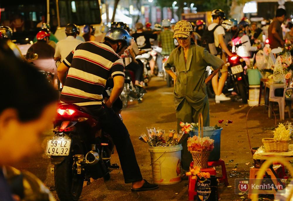 Chùm ảnh: Sợ ế hoa 8/3, sinh viên Sài Gòn tràn xuống lòng đường cố mời khách ghé mua - Ảnh 10.
