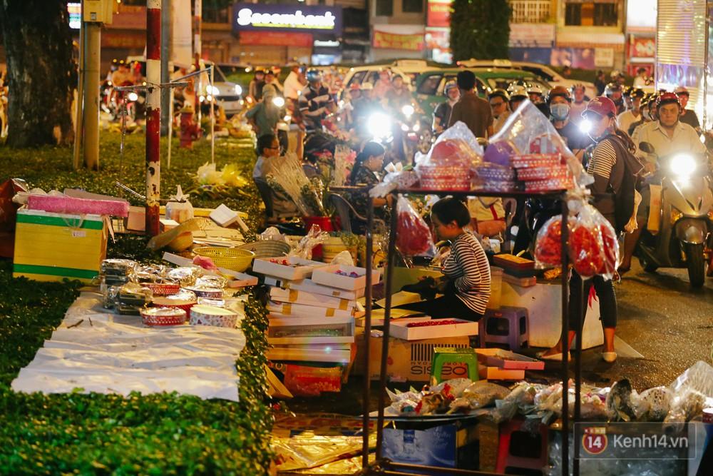 Chùm ảnh: Sợ ế hoa 8/3, sinh viên Sài Gòn tràn xuống lòng đường cố mời khách ghé mua - Ảnh 12.