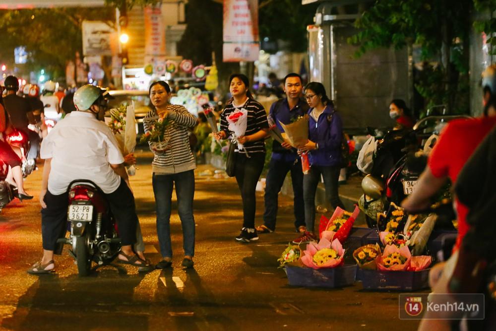 Chùm ảnh: Sợ ế hoa 8/3, sinh viên Sài Gòn tràn xuống lòng đường cố mời khách ghé mua - Ảnh 5.