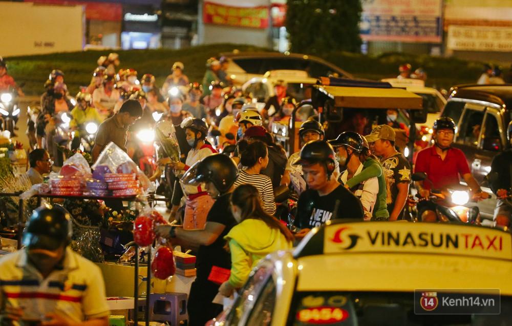 Chùm ảnh: Sợ ế hoa 8/3, sinh viên Sài Gòn tràn xuống lòng đường cố mời khách ghé mua - Ảnh 2.