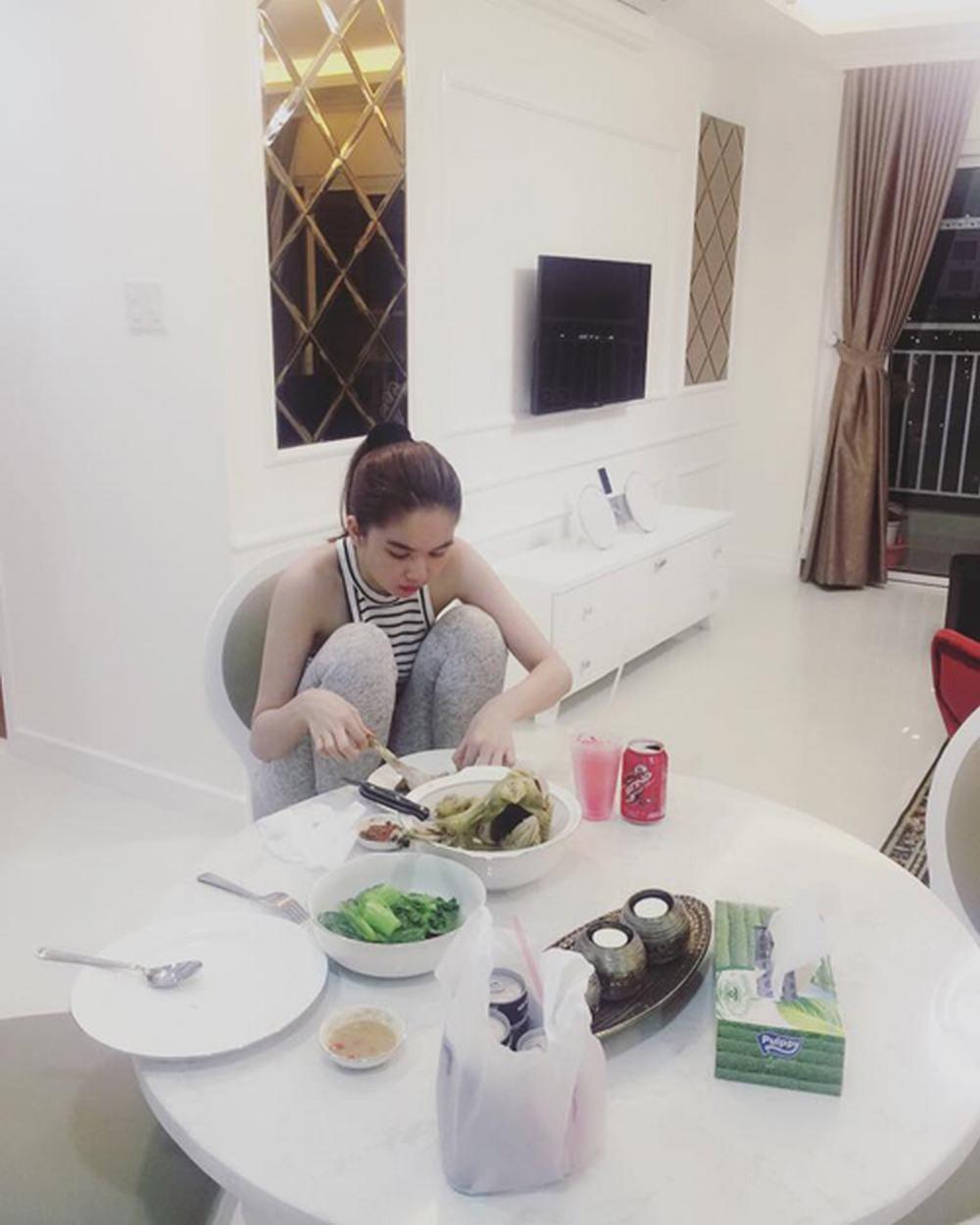 Bình thường khí chất ngời ngời mà khi ở bên đồ ăn sao Việt bỗng thần thái bá đạo lạ thường - Ảnh 3.