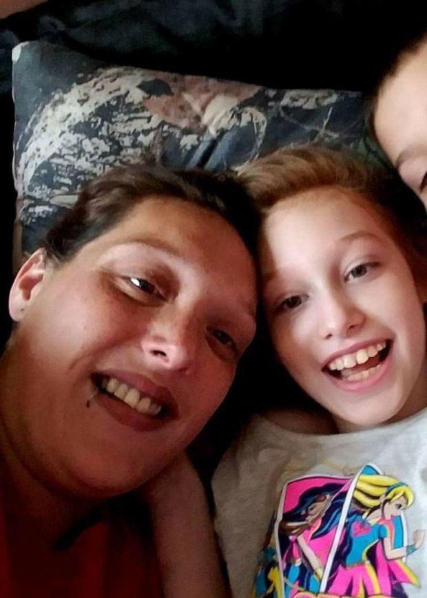 Con gái 10 tuổi đột ngột qua đời, bà mẹ gây phẫn nộ khi không làm lễ tang mà để 2 em gái chơi với thi thể chị - Ảnh 4.