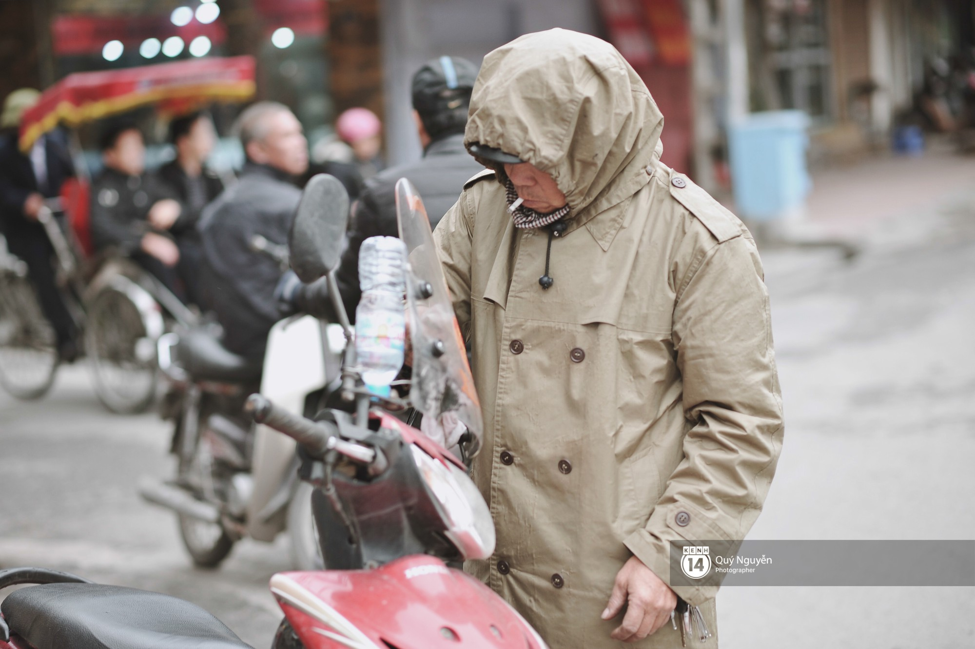 Chùm ảnh: Hà Nội giá rét 10 độ, một chiếc thùng carton hay manh áo mưa cũng khiến người lao động nghèo ấm hơn - Ảnh 5.