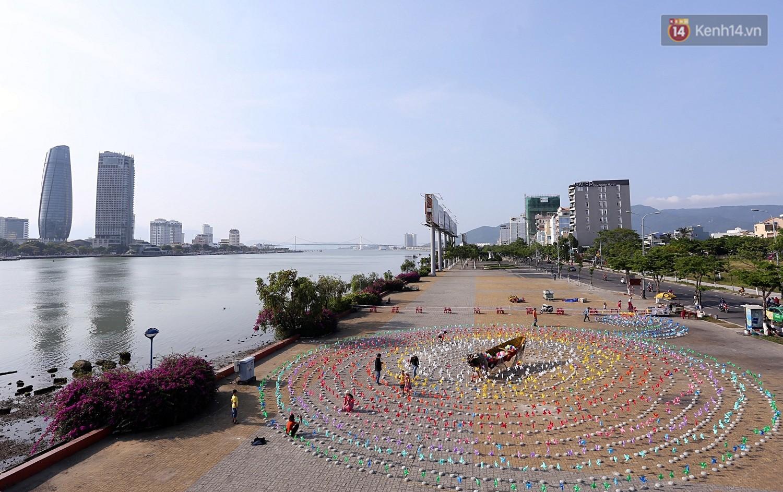 Chùm ảnh: Người Đà Nẵng thích thú với Tiểu ngân hà chong chóng bên bờ sông Hàn - Ảnh 1.