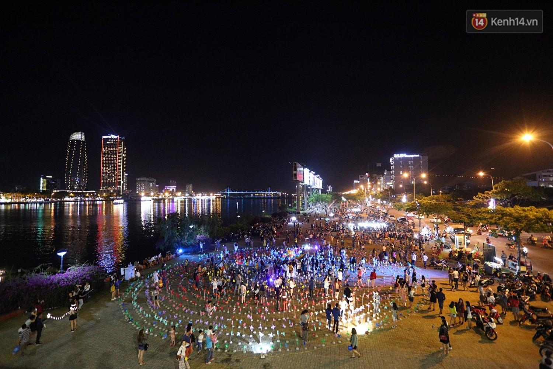 Chùm ảnh: Người Đà Nẵng thích thú với Tiểu ngân hà chong chóng bên bờ sông Hàn - Ảnh 10.