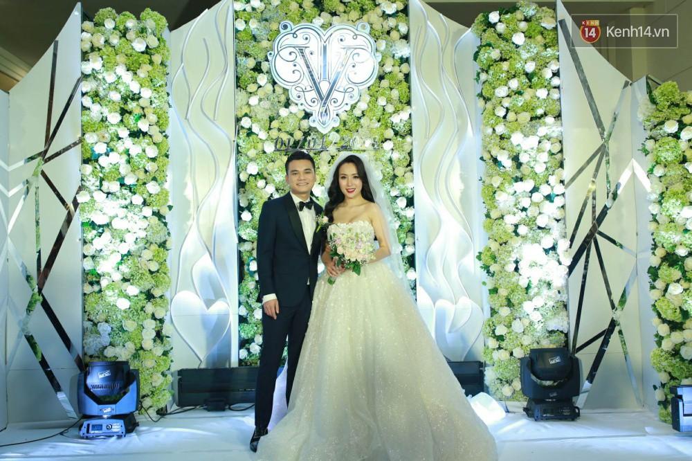 Loạt sao đình đám thi nhau hát hit khủng dành tặng Khắc Việt và bà xã trong tiệc cưới tại Hà Nội - Ảnh 1.