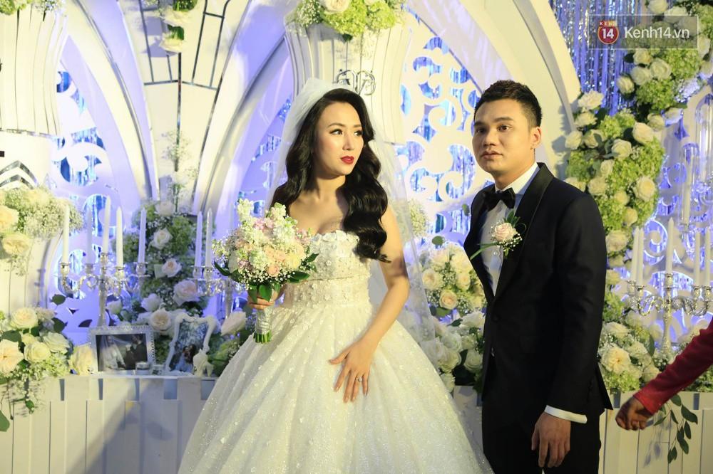 Loạt sao đình đám thi nhau hát hit khủng dành tặng Khắc Việt và bà xã trong tiệc cưới tại Hà Nội - Ảnh 2.
