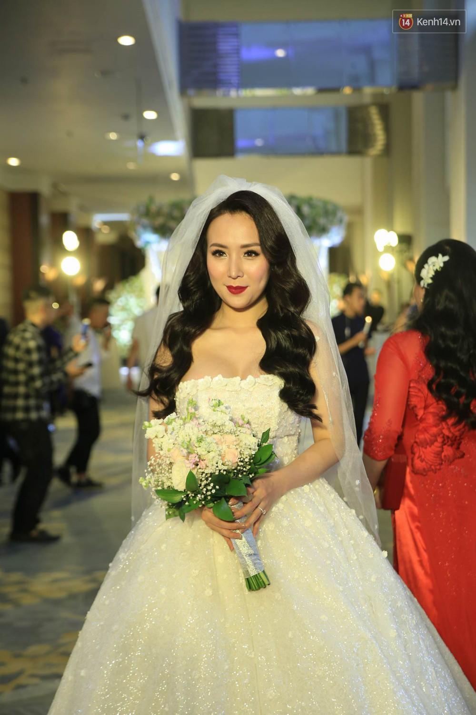 Loạt sao đình đám thi nhau hát hit khủng dành tặng Khắc Việt và bà xã trong tiệc cưới tại Hà Nội - Ảnh 3.
