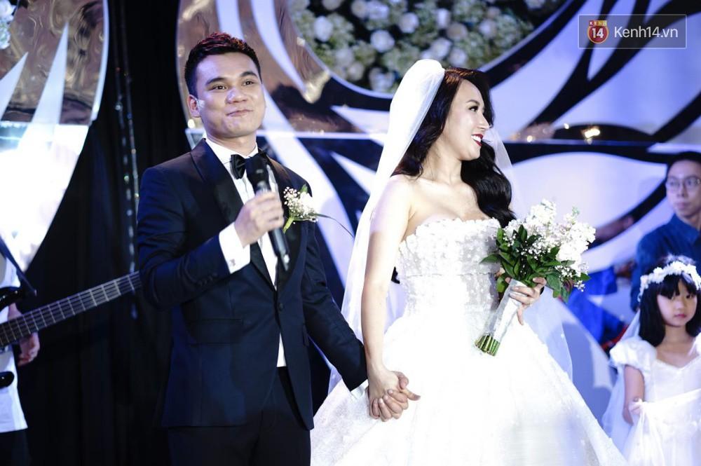 Loạt sao đình đám thi nhau hát hit khủng dành tặng Khắc Việt và bà xã trong tiệc cưới tại Hà Nội - Ảnh 8.