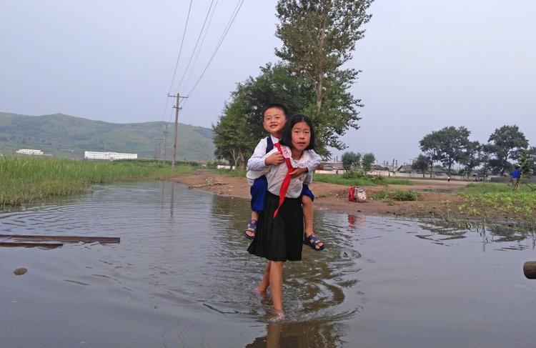 Chùm ảnh: Cuộc sống yên bình ở đất nước thần bí bậc nhất thế giới dưới ống kính của nhiếp ảnh gia Trung Quốc - Ảnh 1.